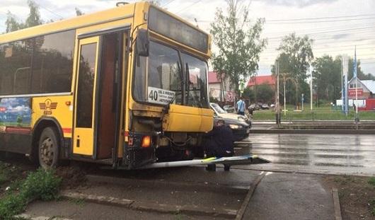 В Ижевске автобус снес дорожный знак на улице Ленина