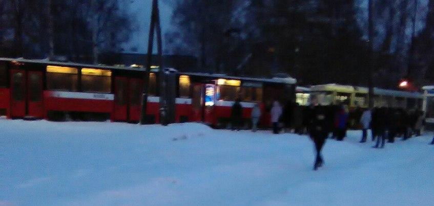 В Ижевске у Зоопарка встало движение трамваев