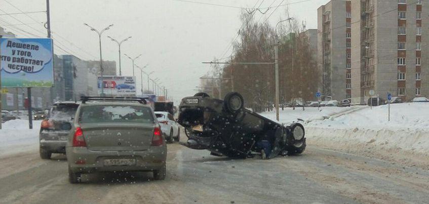 В Ижевске на улице 10 лет Октября перевернулся автомобиль