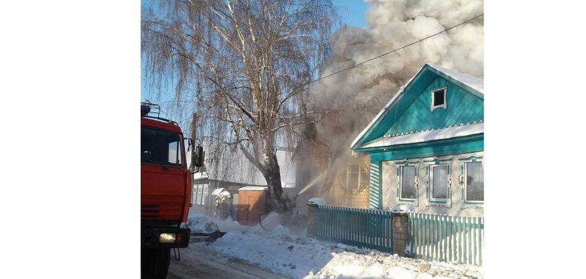 На улице Маркина в Ижевске загорелся дом