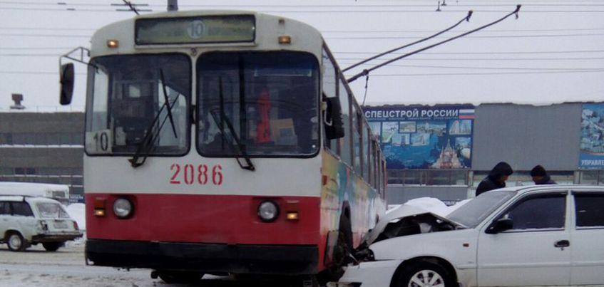 В Ижевске на улице Новоажимова произошло ДТП с участием троллейбуса