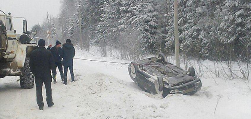 В Удмуртии на Якшур-Бодьинском тракте перевернулся автомобиль