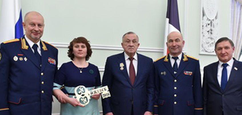Маме Андрея Касимова, который пытался спасти сестру от педофила, вручили ключи от квартиры