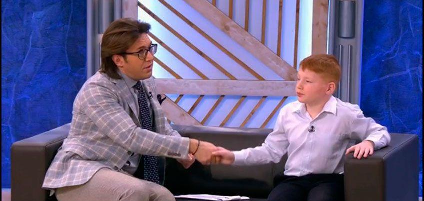 Андрей Малахов на передаче «Пусть говорят» пожал руку мальчику из Ижевска, который утащил сбитого на дороге отца