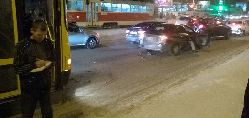 В Ижевске на улице Магистральной  автобус протаранил легковушку