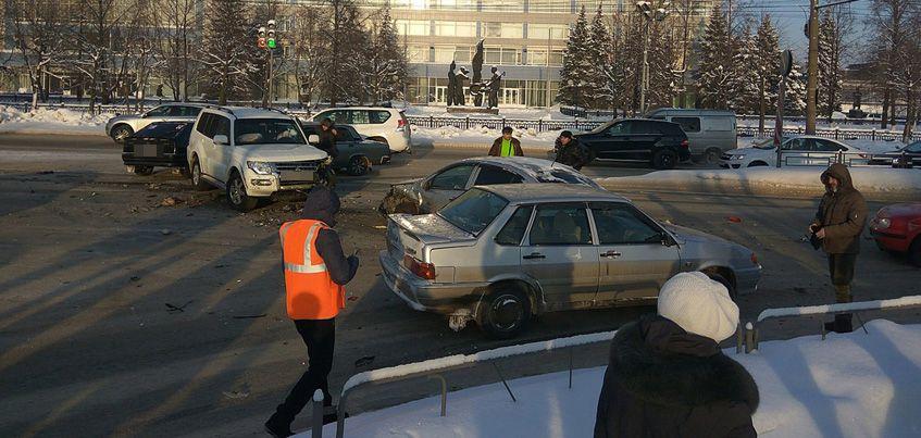 В Ижевске на перекрестке улиц Новоажимова и Азина произошло массовое ДТП