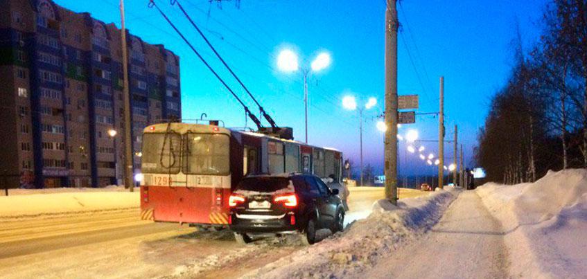 В Ижевске троллейбус задел автомобиль