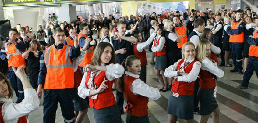 На железнодорожном вокзале Ижевска горожане споют песню  «Эх, дороги»