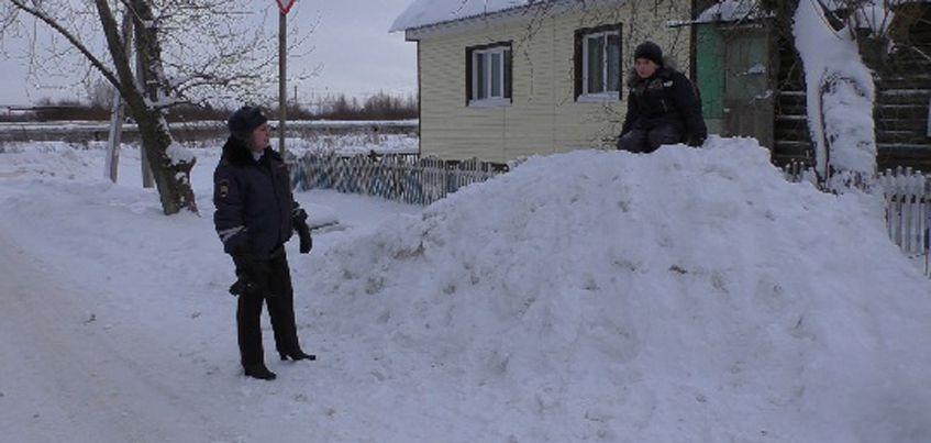 В Удмуртии продолжают убирать опасные ледяные горки