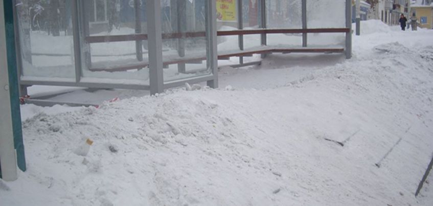 В Ижевске на улице Авангардной трамвайную остановку завалили снегом