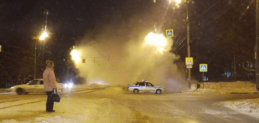 В Ижевске на улице Карла Маркса произошел порыв трубы