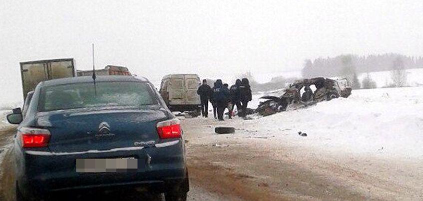 В лобовом столкновении на трассе Удмуртии погибли три человека