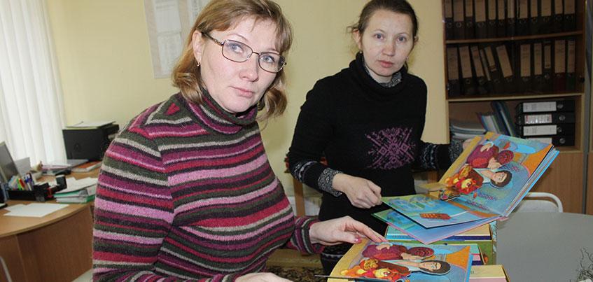Специализированный детский сад получил в подарок от Сбербанка книги со шрифтом Брайля