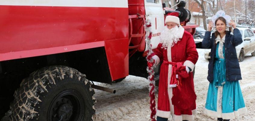 Сотрудники МЧС Удмуртии приехали поздравлять «солнечных»  детей с Новым Годом на настоящей пожарной машине