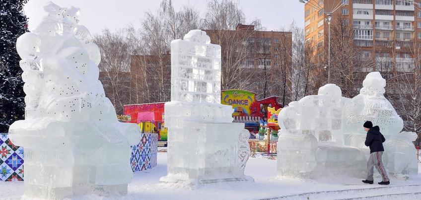 Ижевчане повредили несколько ледяных скульптур на Центральной площади