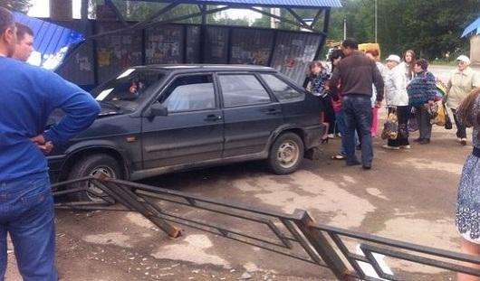 В Удмуртии легковушка заехала на автобусную остановку