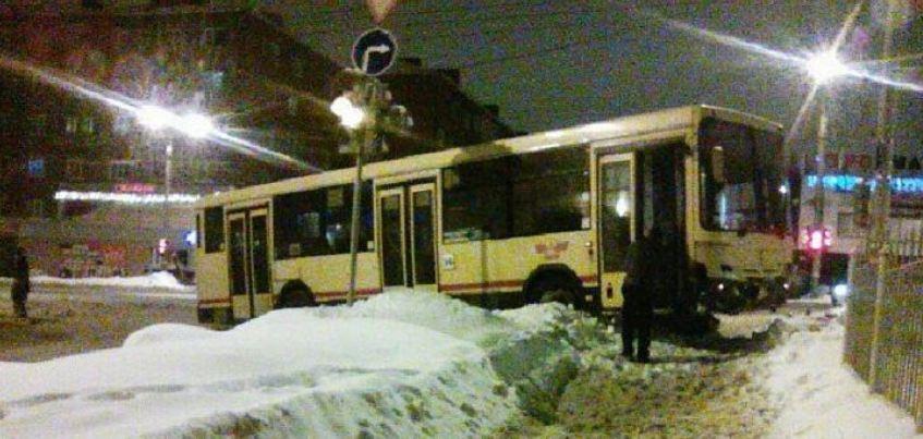 В Ижевске произошло лобовое столкновение автобуса и маршрутки