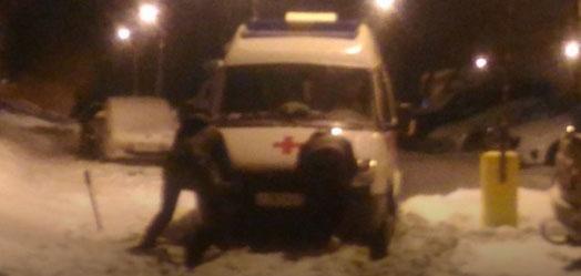 В Ижевске во дворе дома на Удмуртской застряла машина «Скорой помощи»