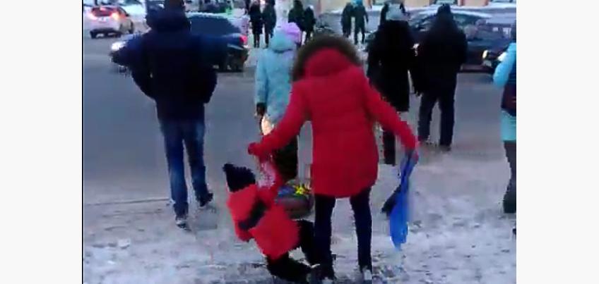 Видео: Ижевчане «скатываются» под колеса транспорта на пешеходном переходе у Центральной площади