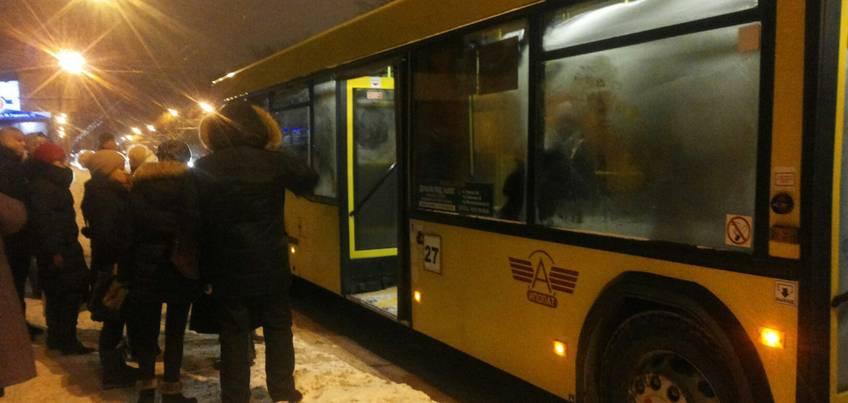 Из-за обледенения остановки ижевчанка чуть не попала под автобус