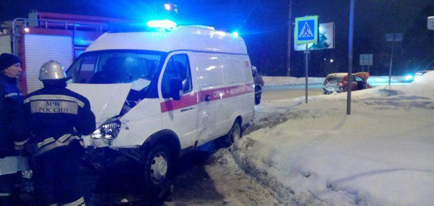 В Ижевске на перекрестке столкнулись иномарка и «Скорая помощь»