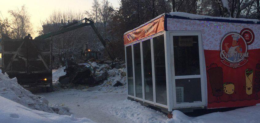 В Ижевске расчищают территорию после сноса остановки «Радиозавод»