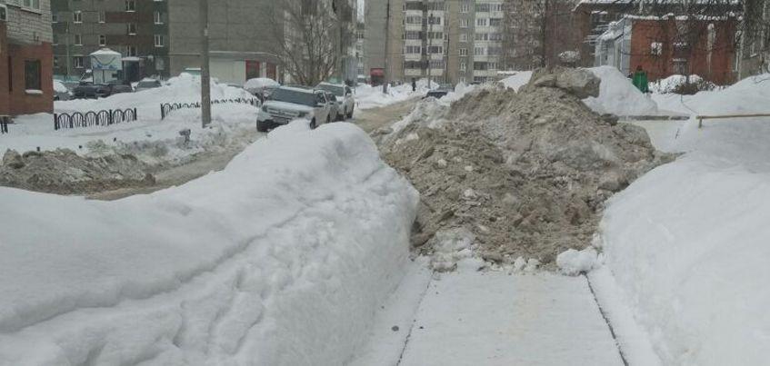 В Ижевске на улице Карла Маркса дорожники завалили снегом весь тротуар