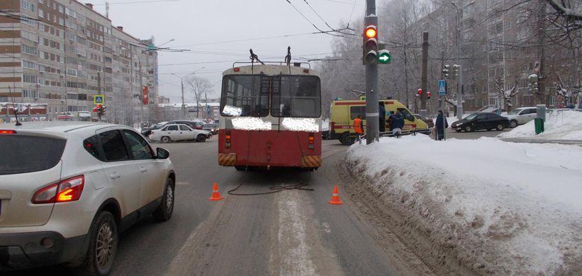 В Ижевске 65-летняя пенсионерка пострадала при падении в троллейбусе
