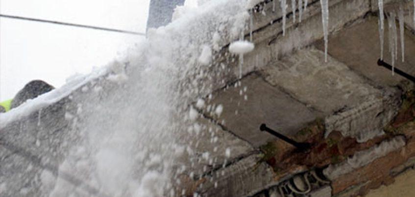 В Ижевске директора УК накажут за снег на крыше, который упал на женщину