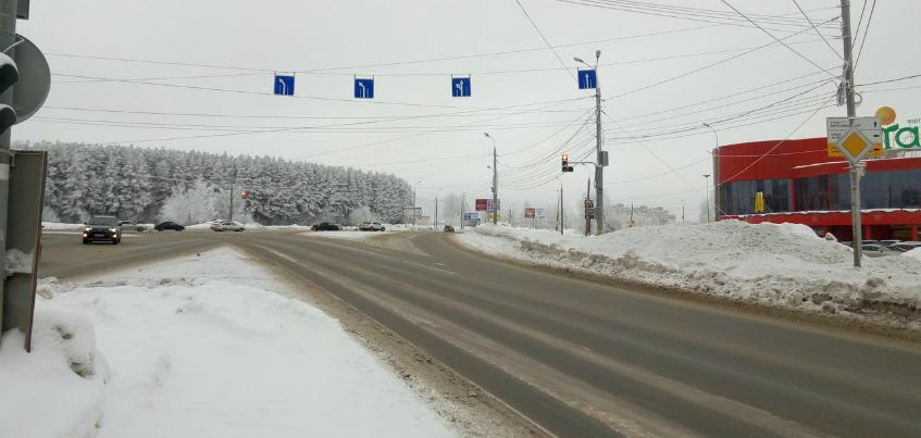 Дороги Ижевска сузились на 3 метра из-за неубранного снега
