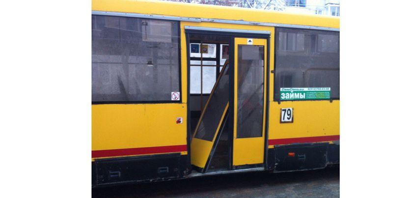 Фотофакт: В Ижевске у пассажирского автобуса отвалилась дверь