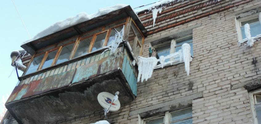 Фоторепортаж: ижевские дома «зарастают» снежными шапками и огромными сосульками