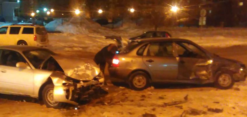 В Ижевске в ДТП серьезно пострадал водитель иномарки
