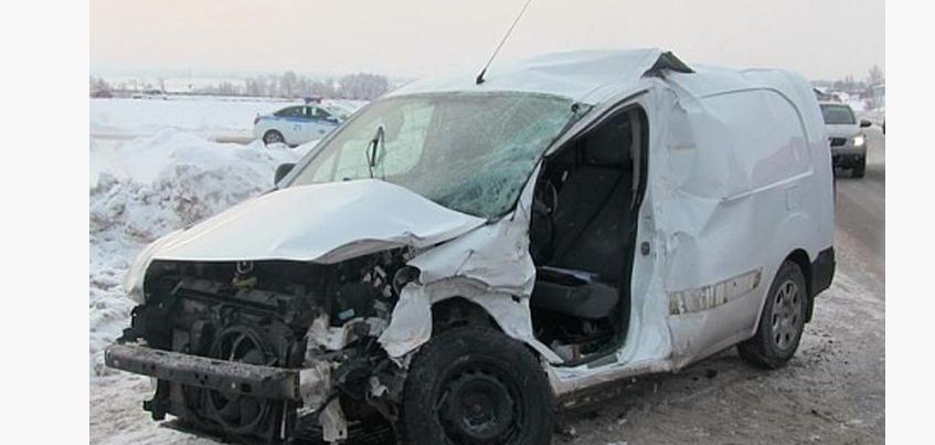 В Удмуртии водитель, не уступивший дорогу «КамАЗу», серьезно пострадал в ДТП