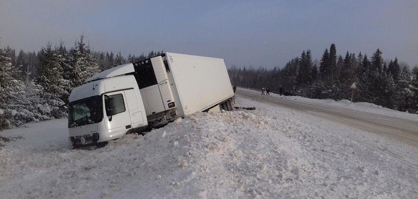 В Удмуртии на трассе столкнулись грузовик и легковушка