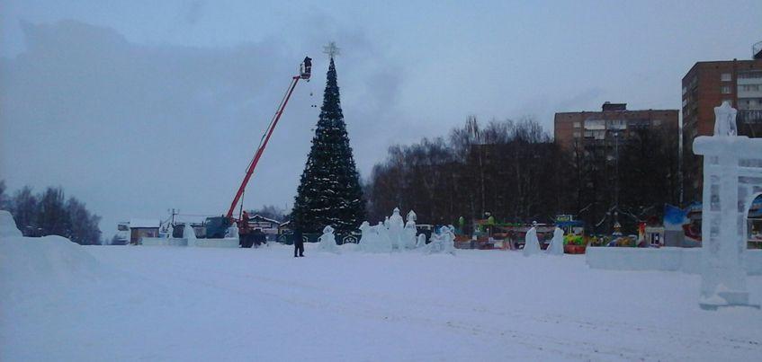 Фотофакт: В Ижевске начали разбирать елку на Центральной площади