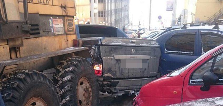 В Ижевске на улице Бородина трактор протаранил восемь автомобилей