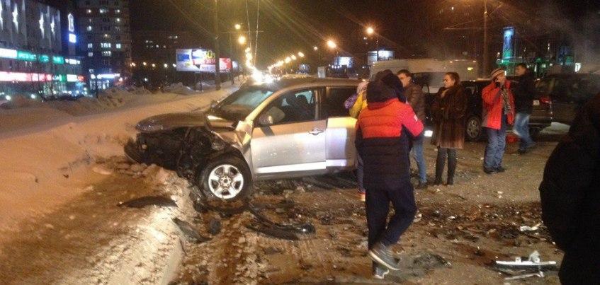 В Ижевске напротив ТЦ «Аврора-парк» произошла страшная авария