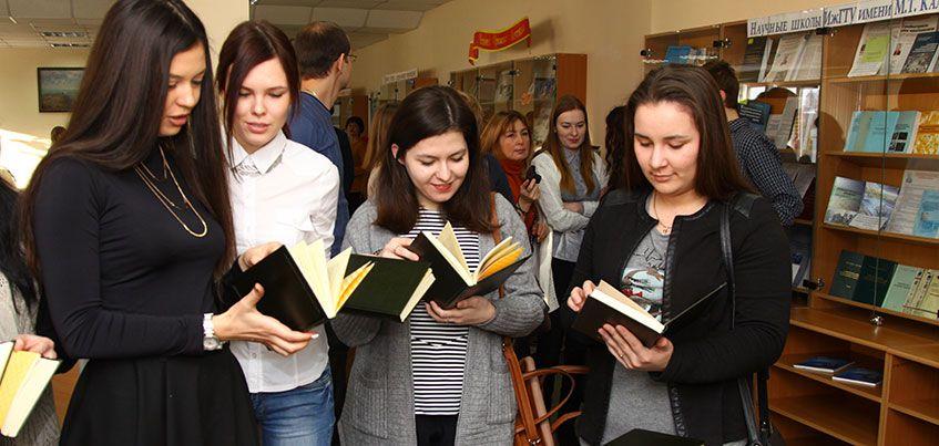 Сбербанк подарил бестселлеры деловой литературы библиотеке ИжГТУ