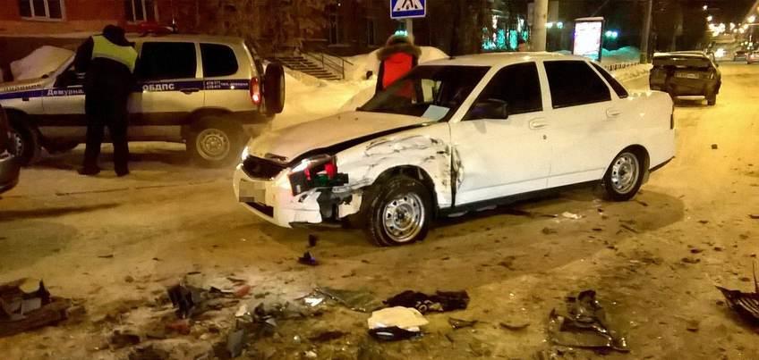 В ночь на субботу в центре Ижевска столкнулись три автомобиля
