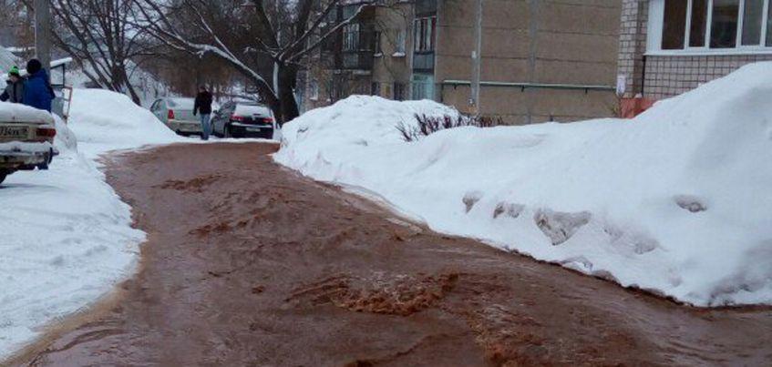 В Ижевске из-за коммунальной аварии на улице Сабурова начался потоп