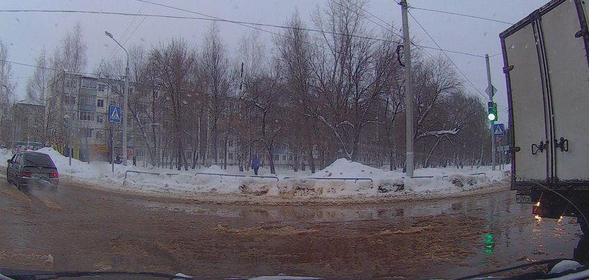 В Ижевске на улице Московской из-за потопа произошло несколько ДТП