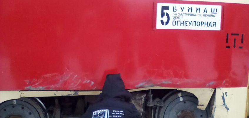 В Ижевске на улице Степной «Газель» протаранила трамвай