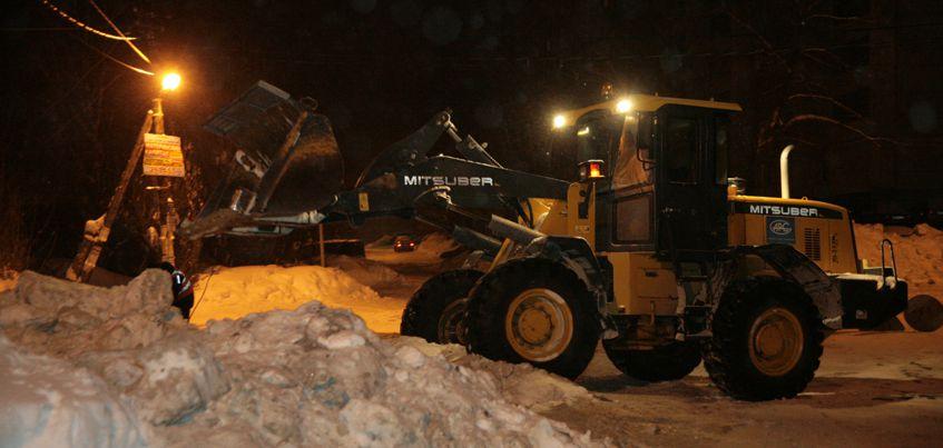 В Ижевске начали вывозить снег с улиц, которые сильно топит весной