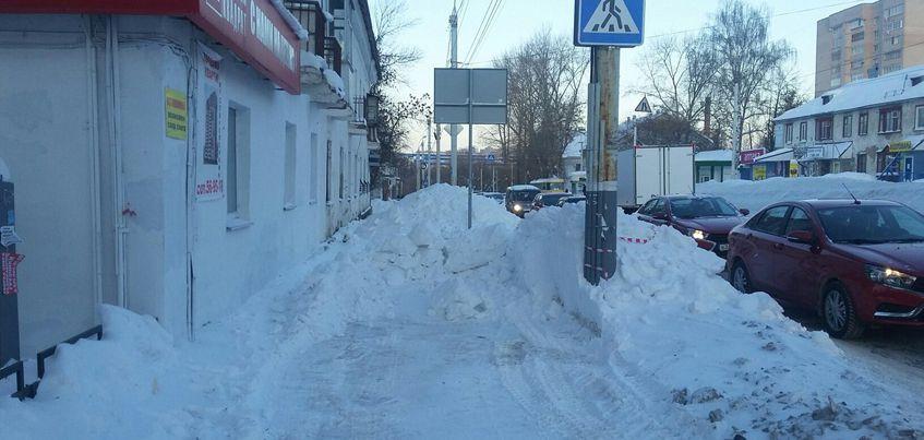 Фотофакт: дорожники в Ижевске засыпали снегом тротуары