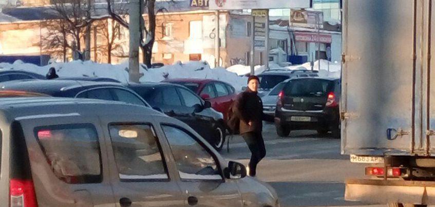 В Ижевске по Удмуртской между машинами бегает молодой человек