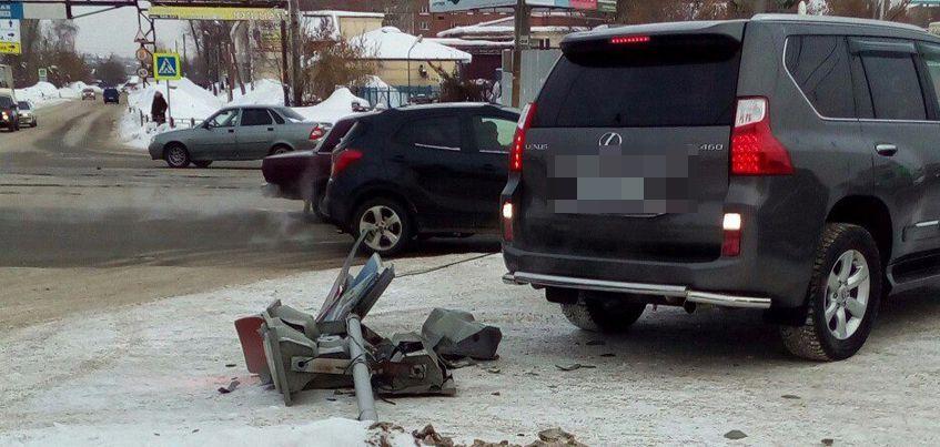 В Ижевске на перекрестке улиц Карла Маркса и Магистральная упал светофор