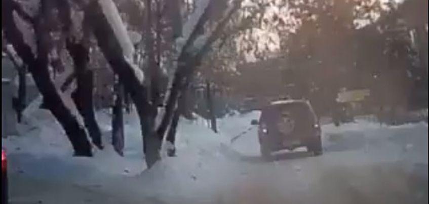 В Ижевске водитель «Нивы» снес заграждение и заехал на территорию школы