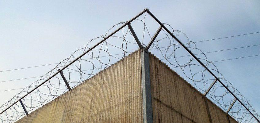 В Удмуртии задержали мужчину, который пытался перебросить в колонию сверток с телефонами