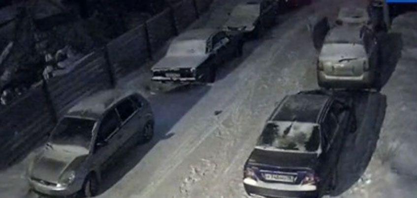 В Ижевске неизвестный мужчина проколол шины у двух авто